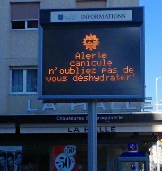 Un panneau lumineux pour prévenir des grosses chaleurs invite les habitants de la commune genevoise à se déshydrater, par des températures de ... 300 degrés.